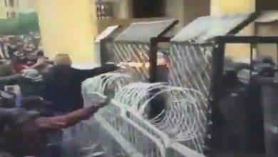 Photo of بالفيديو: احد المتظاهرين يستخدم الة حارقة ضد قوات مكافحة الشغب
