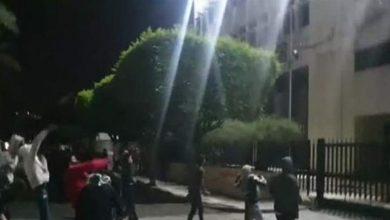 Photo of بالفيديو: توتر في صيدا.. محتجون يرشقون مصرف لبنان بالمولوتوف