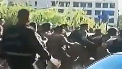 Photo of بالفيديو: توتر عند مفرق قصر بعبدا.. صدامات بين الجيش ومتظاهرين!